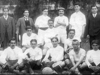 Una imatge de l'equip que va jugar al País Basc el 3 de gener de 1915 i, a sota, les dues seleccions amb una pancarta, el 2007 Foto:MEMORIAS DEL FUTBOL VASCO / O. DURAN