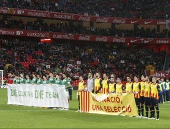 La reivindicació dels jugadors quan van sortir al camp Foto:ORIOL DURAN