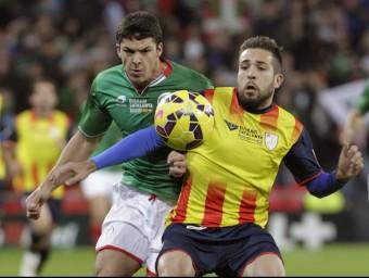 Jordi Alba lluita amb Capa, durant el partit d'ahir a San Mamés Foto:EFE