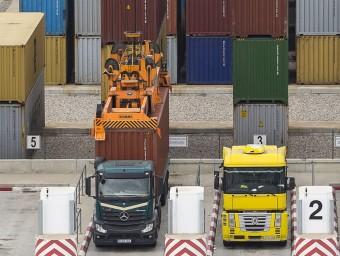 Camions carregan i descarregant contenidors al Port de Barcelona.  Foto:ARXIU/ALBERT SALAMÉ
