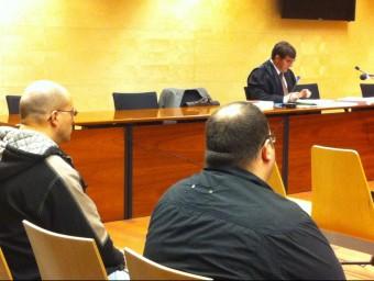 Els germans Isaac i Oriol Quirant, amb el seu advocat, Carles Monguilod, durant el judici, el febrer de 2015 Foto:G. PLADEVEYA