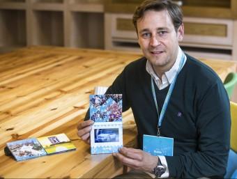 Marc García amb un prototip dels televisors de Viuing.  Foto:JOSEP LOSADA
