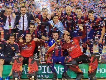 La plantilla del Barça 2014-2015 amb la copa de campions de l'Ok Lliga Foto:JUANMA RAMOS