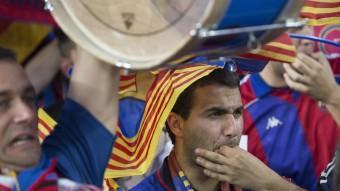 Un seguidor del Barça xiulant Foto:ALBERT SALAMÉ