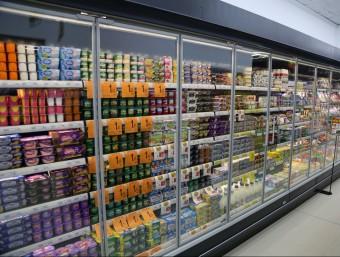 Lineal amb productes alimentaris d'un supermercat.  Foto:MANEL LLADÓ