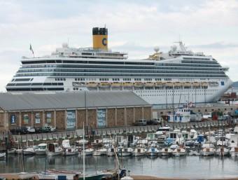 El 'Costa Màgica', el creuer més gran que ha atracat al port de Palamós aquest any, en l'escala que va fer al mes d'abril Foto:J.P