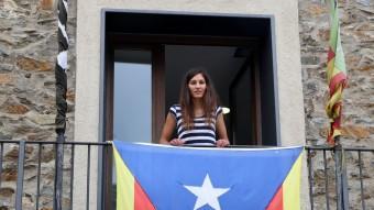 L'alcaldessa de Pardines, des del balcó de l'Ajuntament. Foto:MANEL LLADÓ