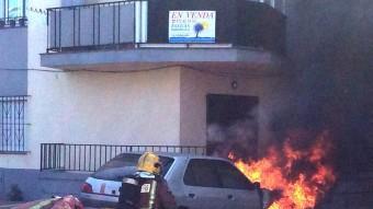 El cotxe que es va cremar una estona abans a prop dels locals atacats per la veïna incendiària. Foto:JOAN CASTRO / ICONA