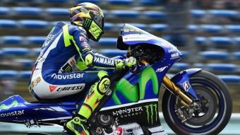 Rossi aixeca roda després d'obtenir la posició preferent Foto:YAMAHA FACTORY