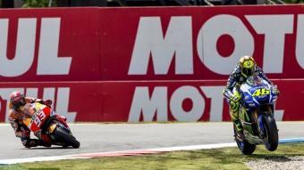 Rossi talla recte pel darrer revolt després de la topada amb Márquez, que en la imatge ja ha salvat la caiguda Foto:MICHAEL KOOREN / REUTERS