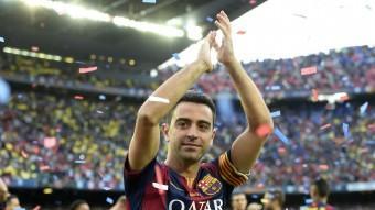 Xavi Hernández s'acomiada, emocionat, de l'afició de Camp Nou en l'últim partit de lliga Foto:AFP