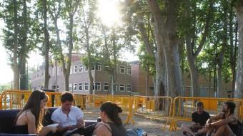Robert Barrull i les germanes González, jugant a cartes ahir a la tarda, van ser els primers a fer cua per al càsting de 'Jocs de trons' Foto:RIBOT / ICONNA