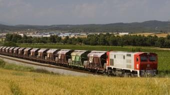 Un tren transporta mineral cap al Port de Barcelona (2011)