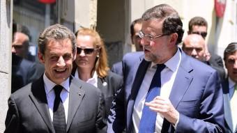 Mariano Rajoy, amb Nicolás Sarkozy, ahir passejant per Madrid Foto:GERARD JULIEN/AFP
