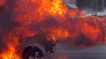 El vehicle incendiant-se ahir a Blanes Foto:AJ. BLANES
