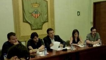 L'alcalde, al centre, i els quatre tinents d'alcalde: Lluís Costabella, Jordi Congost, Ester Busquets i Jordi Bosch. Foto:R. E
