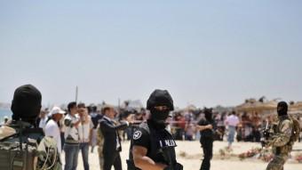 Un efectiu de la Guàrdia Nacional vigilava ahir la platja de Susa on divendres es va produir l'atemptat Foto:ANDREAS GEBERT / EFE