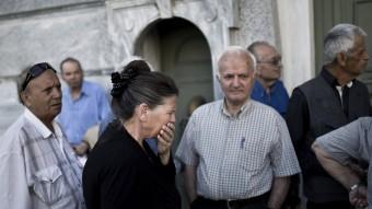 Jubilats a les portes d'una oficina bancària del centre d'Atenes que ahir era tancada.  Foto:REUTERS / ALBERT SALAMÉ
