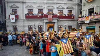 La plaça del Mercadal de Reus va esclatar en crits d'independència després de l'encesa de la darrera tronada de la festa Foto:FABIAN ACIDRES