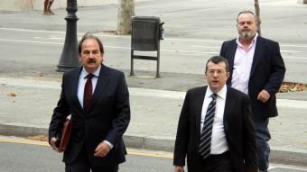 L'exalcalde de Lloret , Xavier Crespo, ahir amb el seu advocat i l'exregidor Josep Vall Foto:ACN