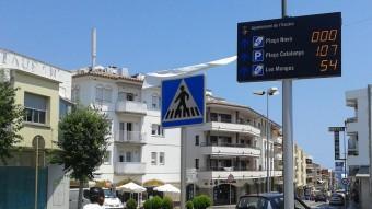 Un dels panells indicadors d'aparcament, a la plaça de les Escoles. Foto:M.VICENTE