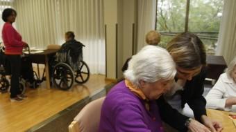 Imatge d'arxiu d'una residència de gent gran amb les cuidadores en el moment de fer activitats. Foto:ORIOL DURAN
