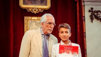 Pau Martinez amb el premi Foto:EL PUNT AVUI