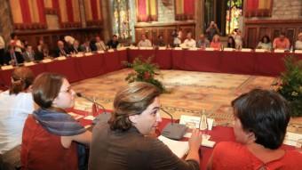 Colau , entre les tinentes d'alcalde Janet Sanz i Laia Ortiz, presidint la comissió de desnonaments, ahir Foto:JUANMA RAMOS