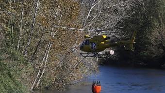 Un helicòpter dels Bombers recollint aigua del Ter durant l'últim gran foc a l'Empordà Foto:M. LL