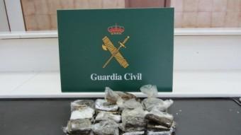 Els estupefaents i el revòlver que els agents de la secció fiscal de la Guàrdia Civil de la Jonquera van decomissar. Foto:E. P