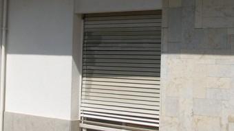 Les dues finestres que els lladres van forçar i trencar el vidre durant el saqueig a la casa el dia 23 de juny Foto:Ò. PINILLA