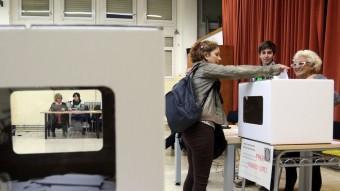 Una dona votant a Badalona en la consulta del 9 de novembre passat Foto:QUIM PUIG