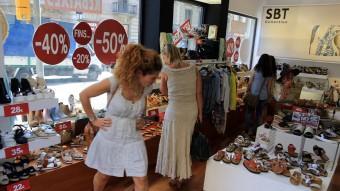 Les rebaixes van començar ahir amb preus excepcionals. Roba i calçat són les estrelles de la campanya Foto:JUANMA RAMOS