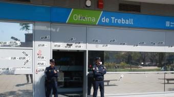 Agents de la Policía Nacional , vigilen una oficina de Treball de Badalona escorcollada en l'operació Pitiüsa, el maig de 2012 Foto:EL PUNT AVUI /ARXIU