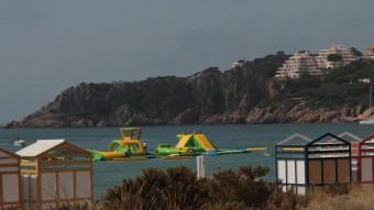 La plataforma flotant amb jocs infantils inflables instal·lada des de mitjans de juny al mig de la badia de Sant Pol Foto:E.A