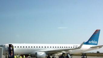 Imatge d'arxiu del primer vol d'Arkia que va aterrar el juny del 2014 a Alguaire Foto:ACN