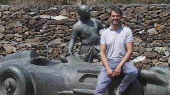 Joan Fontserè, a l'estàtua en memòria de Juan Manuel Fangio, a l'entrada del Circuit Foto:ORIOL DURAN