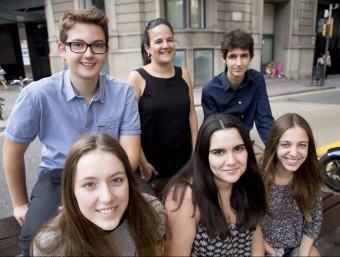Els alumnes de l'Institut Ernest Lluch premiats amb la professora d'informàtica (dreta) Foto:ALBERT SALAMÉ