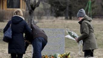 Familiars de les víctimes del vol de Germanwings davant el memorial de l'accident aixecat a Le Vernet, al març Foto:REUTERS
