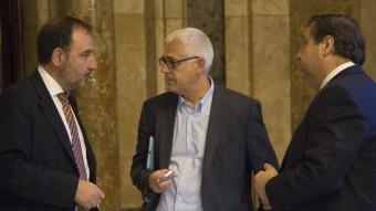 Els socialcristians Ramon Espadaler, Toni Font i Josep Maria Pelegrí als passadissos del Parlament Foto:A. SALAMÉ