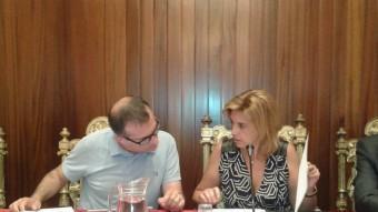 Marta Felip i Pere Casellas conversant ahir al ple i als costats Manuel Toro (esquerra) i Francesc Cruanyes. Foto:M.VICENTE