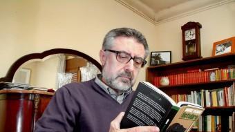 Miquel Pairolí, fotografiat a casa seva, a Quart, el 2010 amb el seu darrer llibre Foto:JORDI SOLER