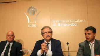 Joan Fa, president de la Federació Catalana, ahir, amb Ivan Tubau, a la dreta, i Llorenç Biargé, a l'esquerra Foto:ELISABETH MAGRE