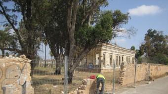Llençol del mur del palauet que es troba reparat de manera propvisional. Foto:ESCORCOLL