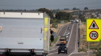 Camions i altres vehicles circulant per la N-240 a l'alçada de Juneda Foto:JOSÉ CARLOS LEÓN
