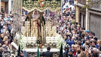 La processó de la Esperanza Macarena de Barcelona, pels carrers del casc antic, és una de les més famoses de Setmana Santa Foto:JOSEP LOSADA