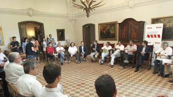 Els alcaldes d'ajuntaments que pertanyen a l'AMI es van reunir ahir a la masia El Cavaller de Vidrà, propietat de la família Vila i d'Abadal Foto:JORDI PUIG / EL 9 NOU