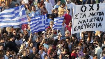 Banderes i pancartes a favor del no en la manifestació dels simpatitzants de Syriza ahir a Atenesjean-paul pelissier / reuters