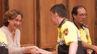 Colau saluda un dels agents sorgits de la nova promoció, mentre Vázquez, al seu costat, lliura la placa a un altre Foto:JOSÉ CARLOS LEÓN