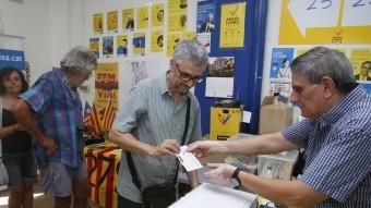 Alguns dels socis que ahir a la tarda van anar a votar en el col·legia que hi ha situat al barri barceloní de Gràcia Foto:ORIOL DURAN